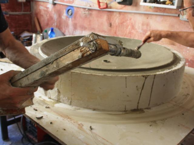 Elaborazione piatto in argilla